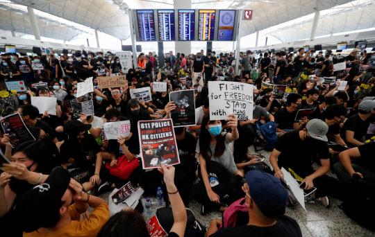 시위대 홍콩공항 점령… 여객기 운항 전면 중단